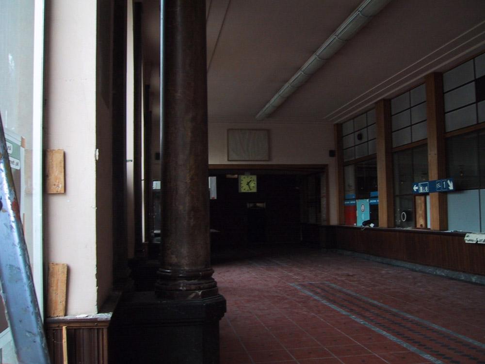 Salle des guichet de la gare du Luxembourg (décembre 1999)