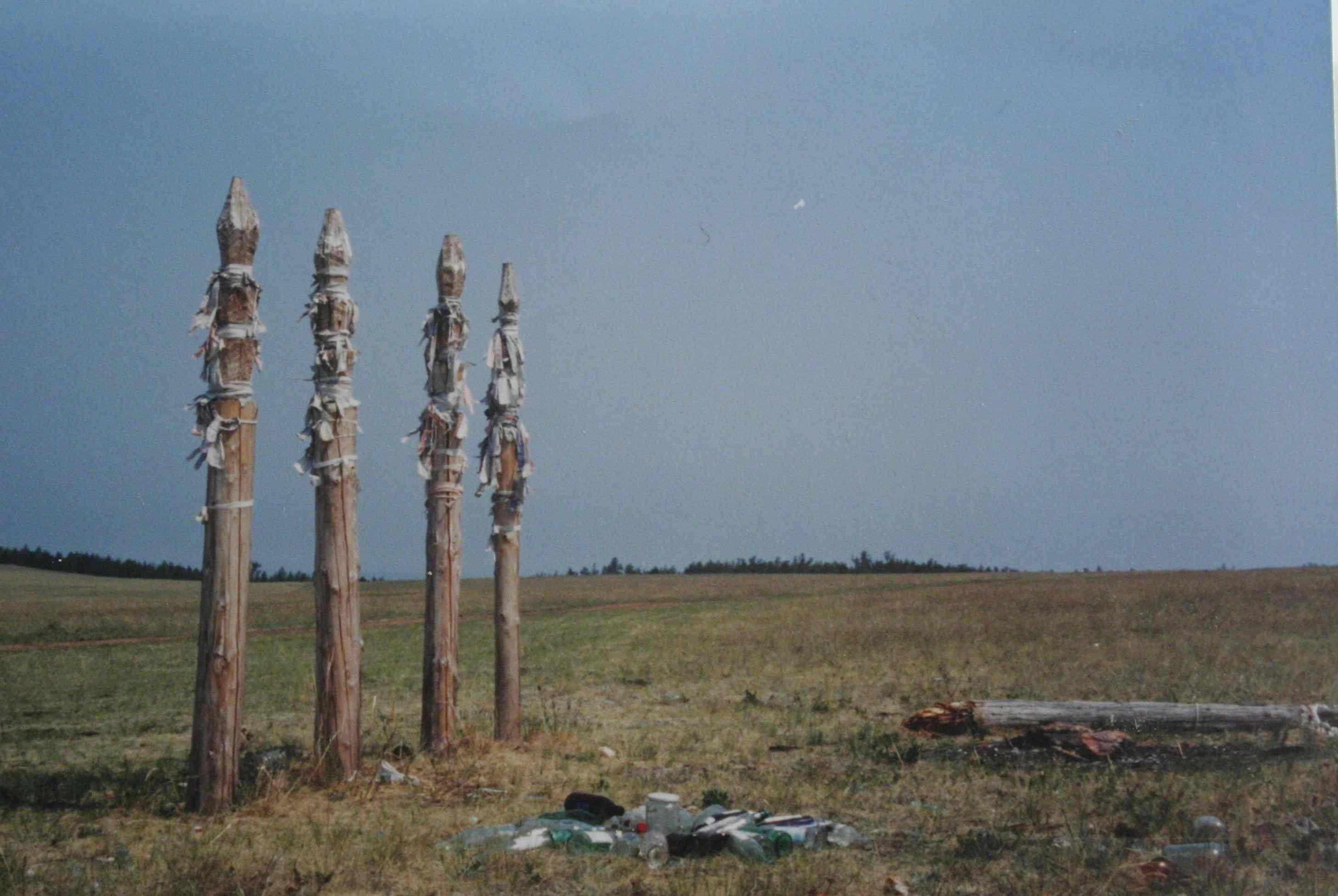 """""""Arbres à voeux"""" chamanique bouriate sur l'île Olkhon du lac Baïkal, N. Melis, Russie, 2000."""
