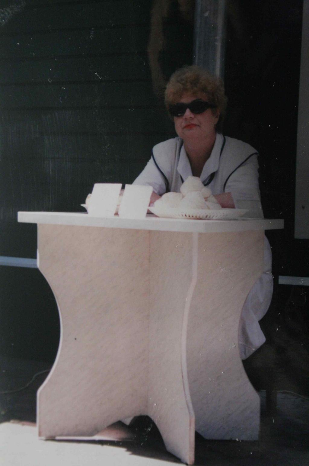Non, il ne s'agit pas de Catherine de chez Arthurs, mais d'une vendeuse de gâteaux, à Voronezh en Russie. Photo Nathalie Melis