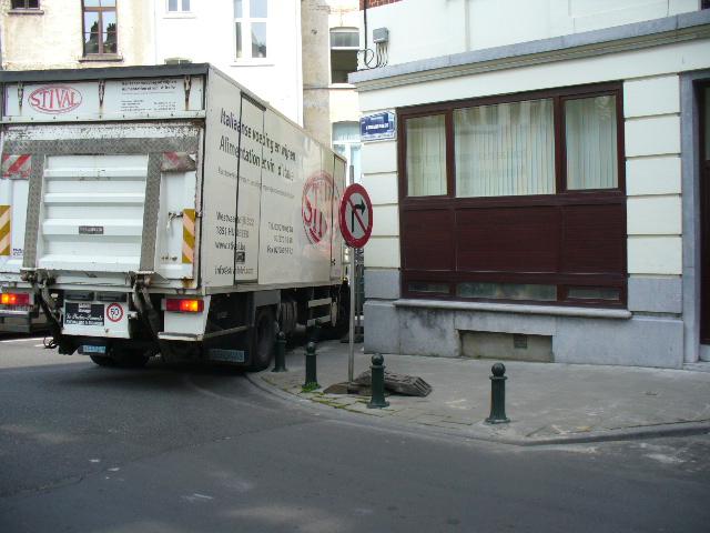 08_04_22_Camion_cassant_le_potelet_p1090892.jpg