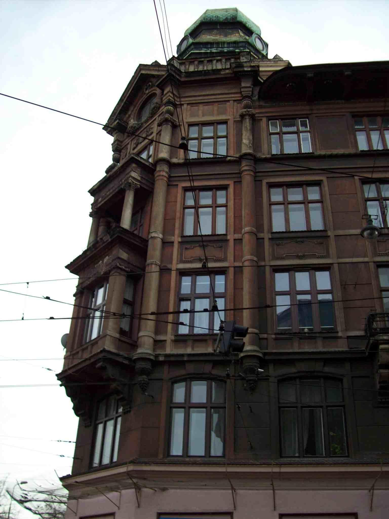 2. Minuscules à l'ombre de bâtiments démesurés