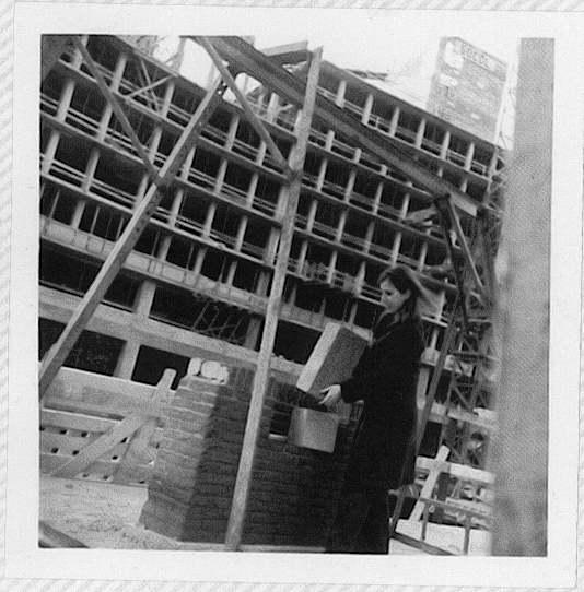 """1. ±1974. Les habitants ont tenu à poser la """"presque"""" première pierre du nouvel édifice de l'immeuble Trône-Paris-de Meeûs-Caroly. Photo de Marjolaine"""
