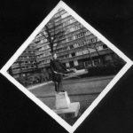 2. ±1974. Socle destiné à la stèle et au buste de de Meeûs, encore vide en 2008. Une jeune étudiante aveugle le remplace. Photo de Marjolaine.