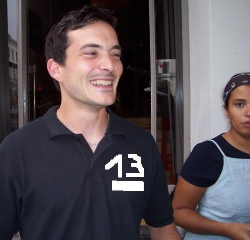 François, acteur de la scène du 13 bis place du Luxembourg, né en 1984, un vendredi 13 ! Son ange gardien le tient à l'oeil.