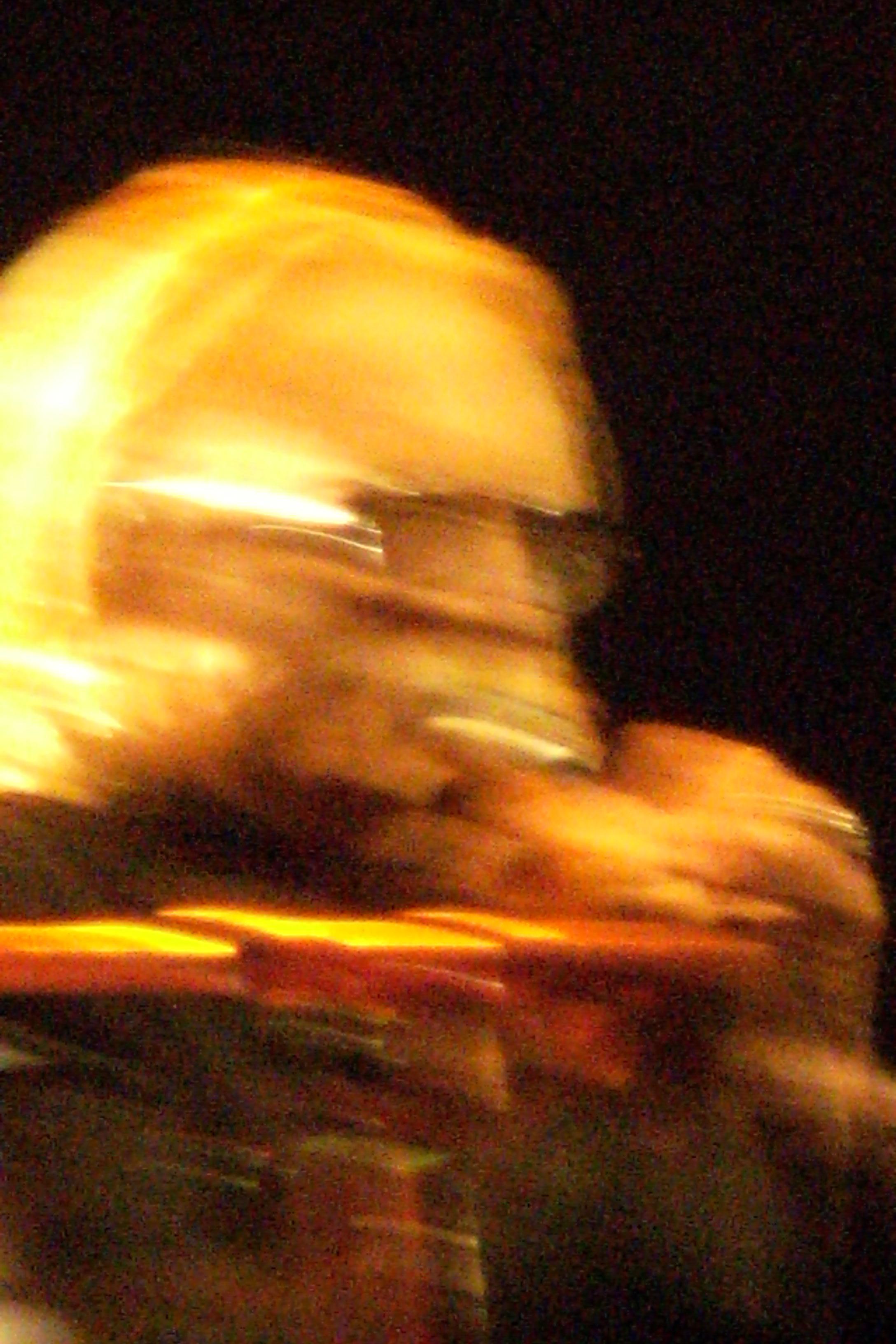 Musicien perfectionniste voire maniaque, il s'associe avec le guitariste